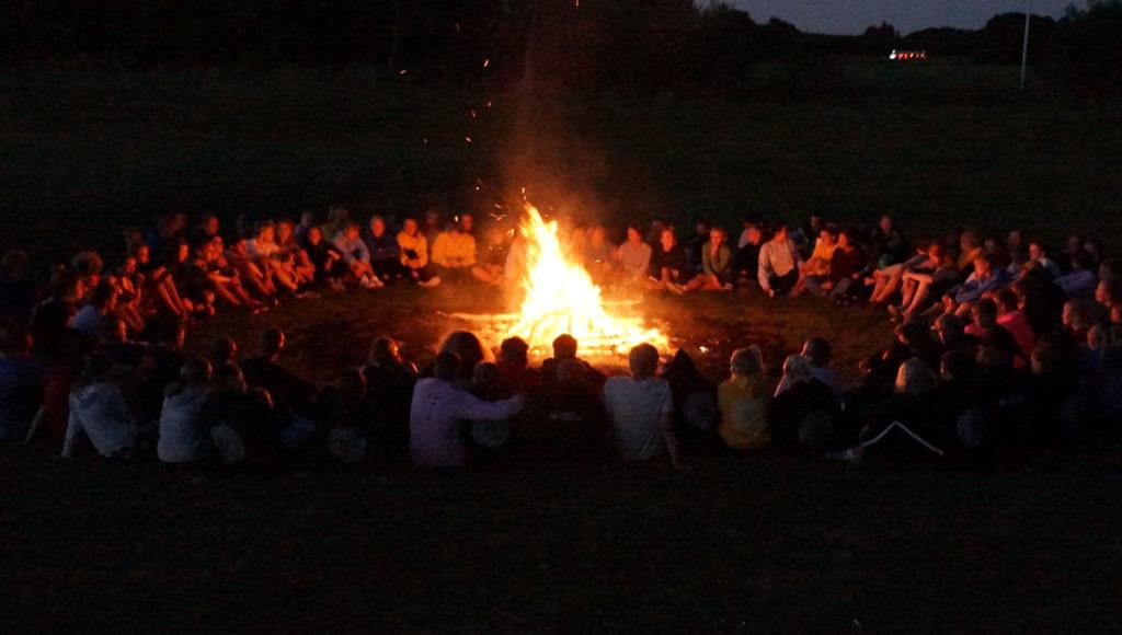 Rundkreds om bålet på Agerskov Ungdomsskole