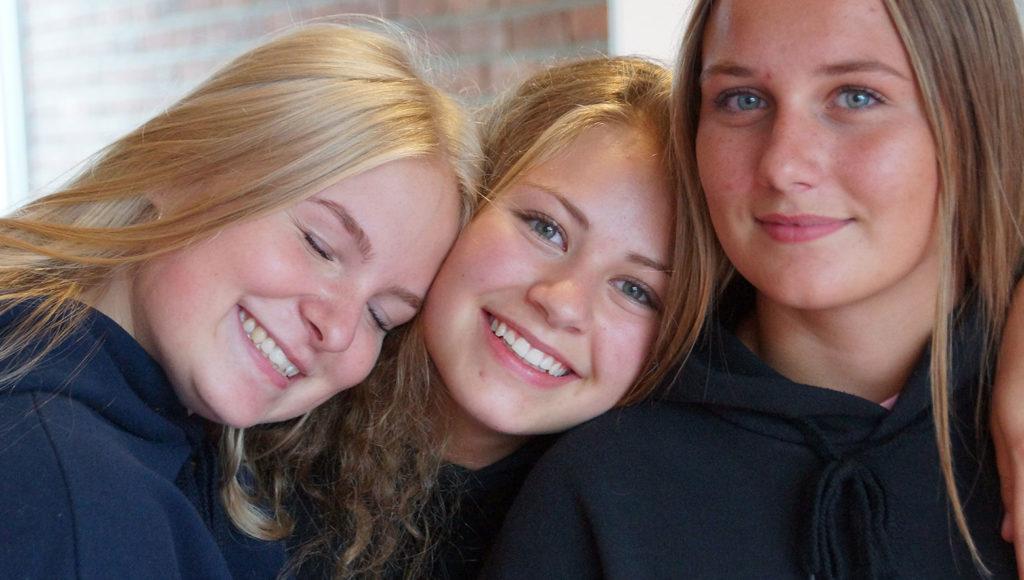 Piger der smiler sammen