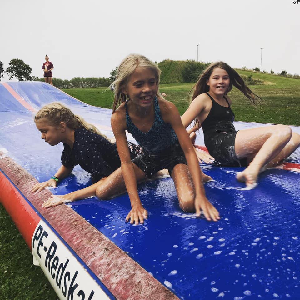 Piger på glidebane på camp på Agerskov Ungdomsskole